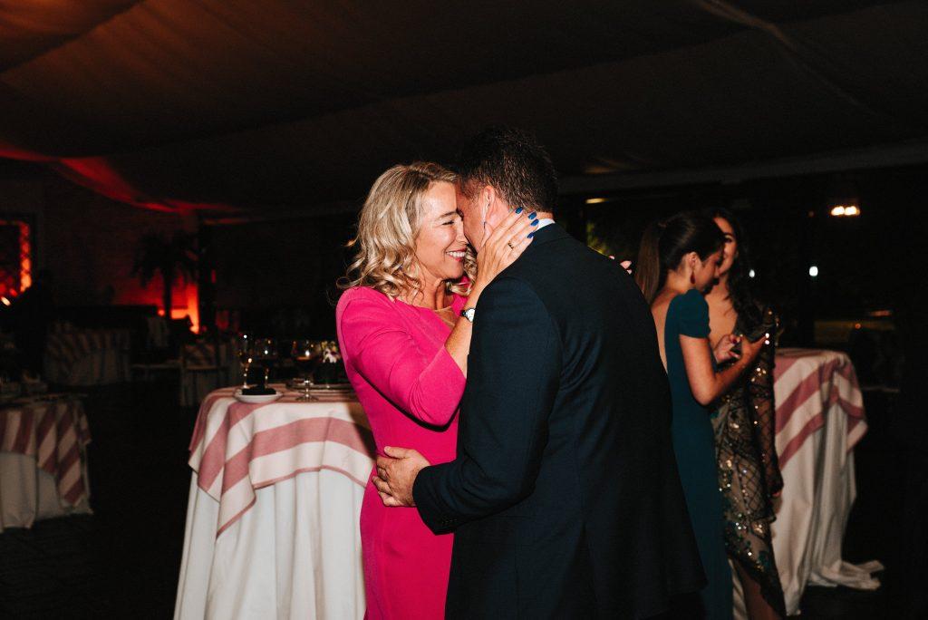 Boda íntima pareja feliz